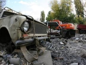 В Киеве снесли гаражи, повредив машины
