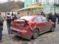 В Киеве сошел с рельсов трамвай. Пострадали Lada Kalina и Mitsubishi