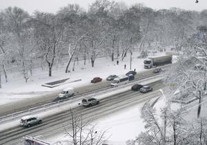 Эвакуаторы расчищают Киев от снега