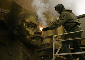 На лбу у Ленина выжгли пятконечную звезду
