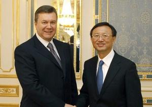 Президент Янукович и министр иностранных дел Китая Янг Цзечи | Фото : korrespondent.net