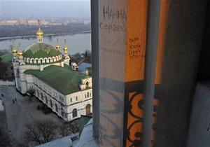 Азаров очистит территорию Лавры от посторонних объектов