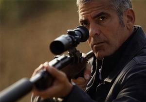 ...The American).  Клуни играет наемного убийцу...