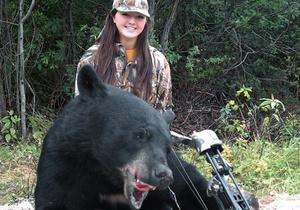 Огромного черного медведя убила школьница из Мичигана.