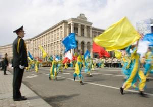 Янукович поручил отметить 20-летие независимости Украины военными парадами и салютами