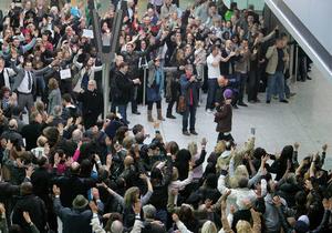 Британский оператор устроил массовый флешмоб в аэропорту Хитроу