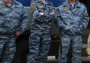 В Москве омоновцы сорвали и выбросили в реку номера милицейской машины