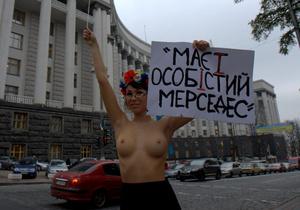 Гологрудая FEMEN попросила Азарова не насиловать украинский язык