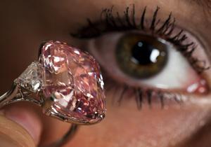 Редкий розовый бриллиант продан на аукционе Sotheby's за рекордные $46 млн