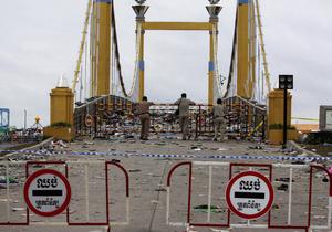 Число погибших в давке на мосту в Камбодже превысило 450 человек