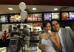 Двое мексиканцев отпраздновали свадьбу в McDonald's, а пара из Британии отыграла свадьбу 85 раз
