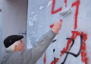 Офис Партии регионов в Полтаве разрисовали свастикой