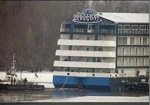 С киевской набережной отбуксировали последний плавучий отель