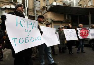 Нина, выходи: Сторонники Луценко пикетируют офис Карпачевой