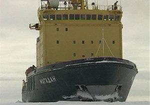 На спасение застрявших во льдах Охотского моря судов отправился третий ледокол