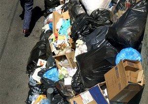 Из-за забастовки дворников на границе двух английских городов образовались горы мусора