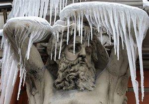 СМИ: В Киеве в результате падения кусков льда пострадали две женщины