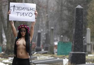 Фотогалерея:  И тишина. Активистка FEMEN разделась на киевском кладбище