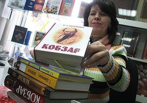 По поручению Януковича украинской библиотеке в Москве передали новую подборку изданий