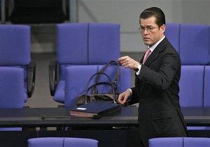 Министр обороны Германии подал в отставку после обвинений в плагиате