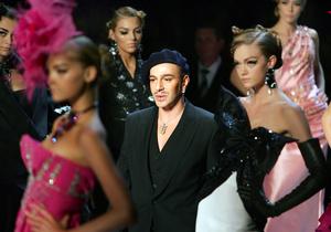Dior начал свой показ в Париже словами критики в адрес Гальяно
