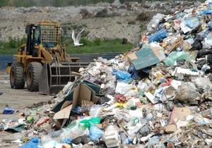 Винницкий губернатор отправил всех чиновников области убирать мусор: Пока не уберут, в кабинет не зайдут