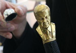 Украинский оружейник создал саблю с позолоченным бюстом Януковича на рукоятке