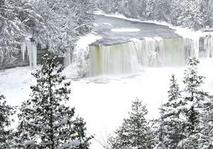 В Крыму в ледяном водопаде погиб турорганизатор