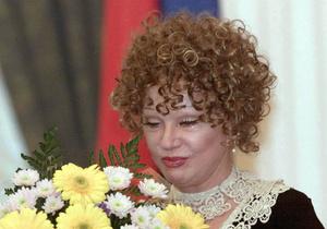 Люди несут цветы к подъезду дома Людмилы Гурченко