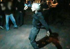 В Сети появилось видео с Ассанжем, танцующим в ночном клубе Рейкьявика