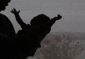 Янукович применил право вето к закону об обязанности отца забрать ребенка из роддома