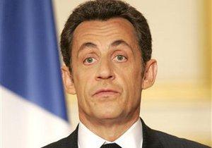 Французы отказываются жениться под портретом Саркози