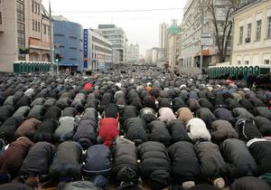 Российские мусульмане предложили увенчать одну из голов орла на гербе РФ полумесяцем
