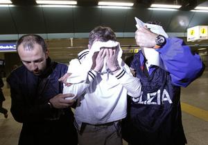 Казахстанский дипломат, обвиняемый в угоне самолета, решил молчать на допросе