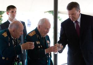 Фотогалерея: До дна и не закусывая. Янукович выпил водки с ветеранами
