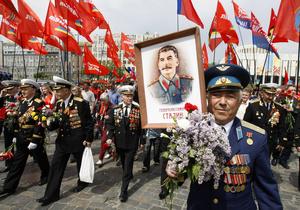 Ветеранам ВОВ вручили памятные подарки: коробку конфет, бутылку водки и военную флягу