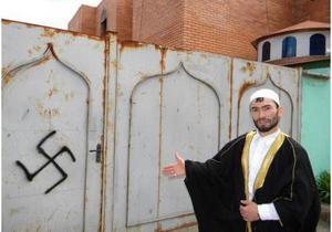 В Харькове осквернили мечеть оскорбительными надписями, а в Сумах - фашистской свастикой