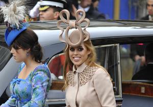 Странную шляпку принцессы Беатрис выставили на аукцион
