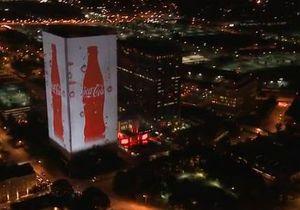 В честь 125-летия Coca-Cola превратила свою штаб-квартиру в гигантский дисплей
