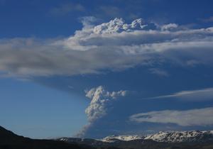 Ученые: Вулкан Гримсвотн выбрасывает в десятки раз больше пепла, чем Эйяфьяллайекуль