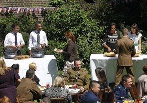 Обама и Кэмерон приготовили в саду резиденции британского премьера барбекю
