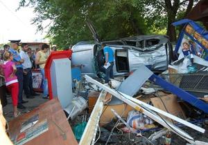 В Одессе водитель джипа снес ограждение и киоск: трое пострадавших