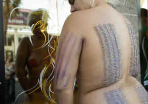 Американка сделала на своем теле пирсинг 3200 раз
