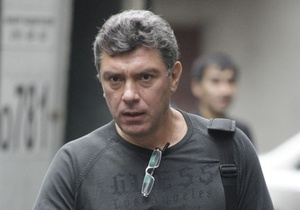 На машину Немцова бросили унитаз