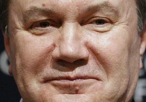 Янукович посадил дерево