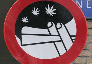 В Амстердаме уберут с улиц знаки, запрещающие курение марихуаны