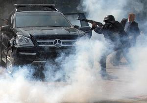 Фотогалерея: Спасти и сохранить. Охранники Януковича провели мастер-класс перед зданием Рады