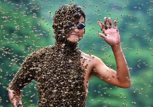 Китаец сумел удержать на себе 26 килограммов пчел
