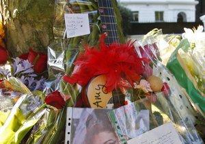Поклонники Эми Уайнхаус приходят к ее дому, чтобы возложить цветы