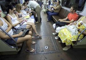 Киевлян раздражает реклама в метро
